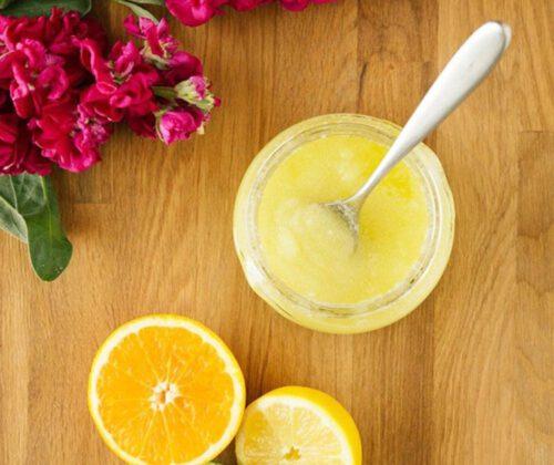 Hemmagjord sockerskrubb med kamomill och citron för fötterna